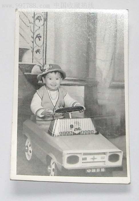 老照片:宝宝开的老玩具汽车