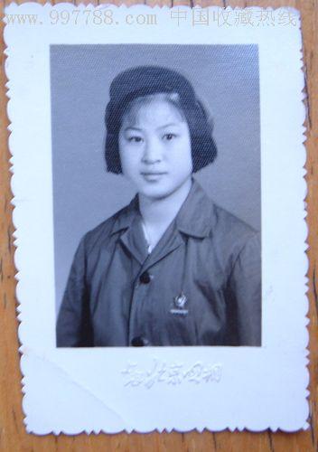 文革解放军女兵照片-带总**部发的毛主席像章!