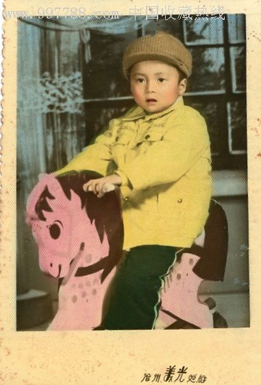 可爱小朋友骑木马的彩照1张