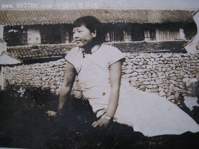 民国胖女人在老房子草地上照片
