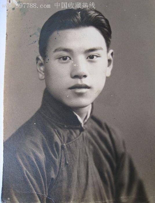 民国一年轻帅哥穿长衫半身照片