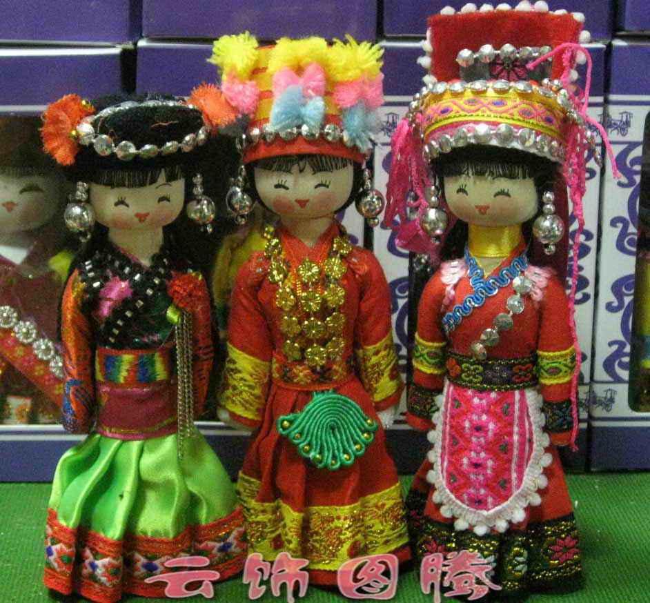 宝贝特点:云南少数民族民间工艺品,民族娃娃由木头制作而成,有座底,座底为圆型!可很平稳的放置在桌面上,装饰柜上!民族娃娃的服装为云南少数民族,做工很精细,民族服装和民间少数民族所穿的是一样的!包括民族娃娃的头饰,民族娃娃的衣服,民族娃娃的装扮都是一样的!
