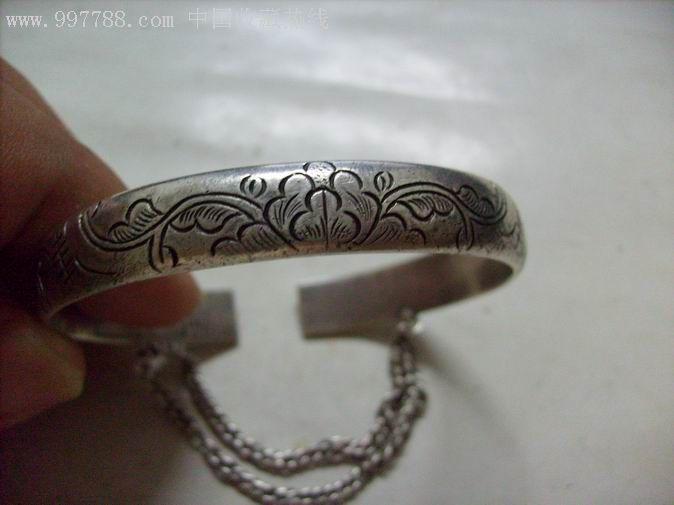 有錾刻花纹及字款并带挂链的老银镯一只