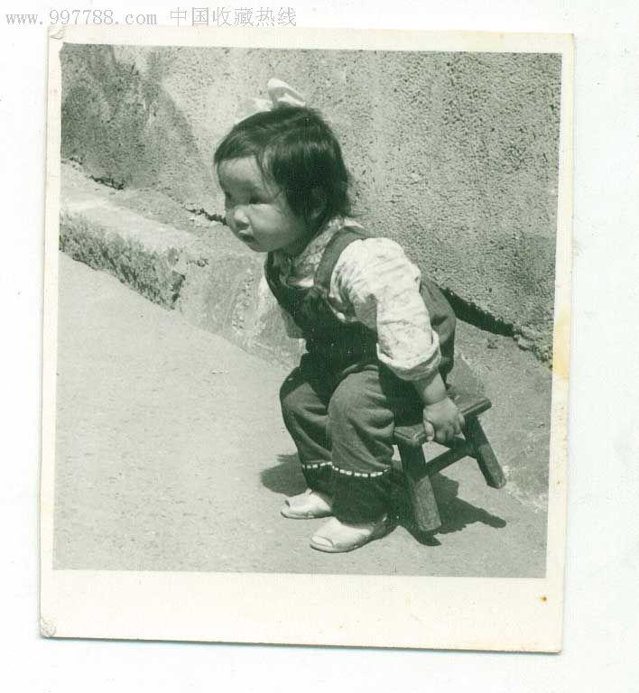 """八十年代照片""""可爱宝宝玩板凳"""""""