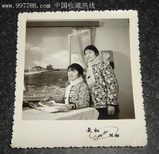 俩美女.青岛栈桥