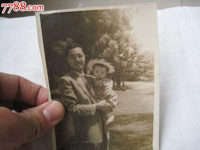 民国老照片:戴金丝边眼镜的爸爸抱了她可爱孩子在公园