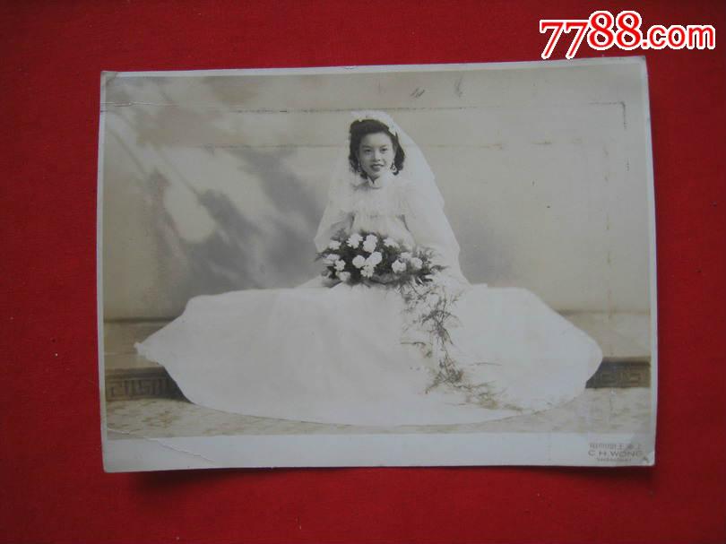 民国结婚老照片:戴头纱的新娘手捧鲜花微微一笑如此动图片